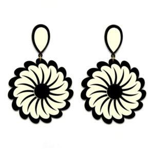 Brinco de Acrílico Grande Flor – Preto e Branco